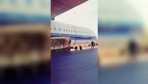 实拍:疑似一架民用飞机机舱部件卡立交桥下