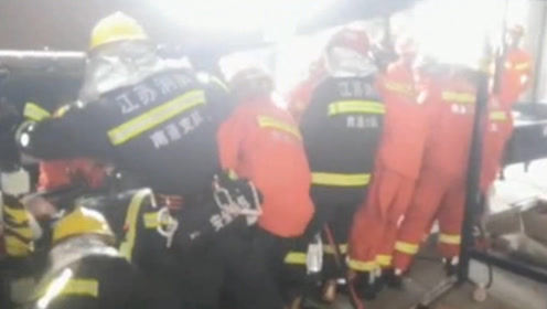 一位快递小哥手臂被卡包裹传送带缝隙处 消防紧急救援