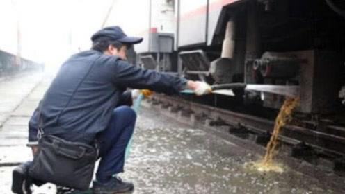 火车上的粪便,都直接排到铁轨上了吗?看完长见识了!