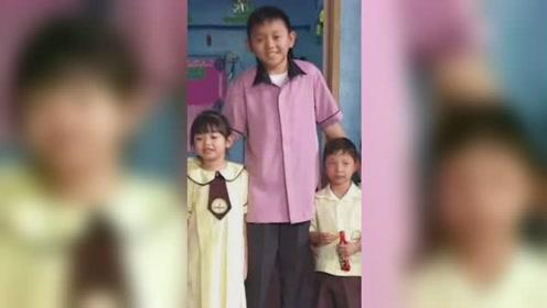 """23岁男老师走红网络 因""""娃娃脸""""常被当成小学生"""