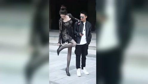 右边的小伙一定非常优秀,才能找到这么完美的女朋友!