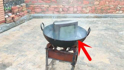 印度小伙脑洞真是大,将电视机放进油锅中油炸,场面彻底失控了!