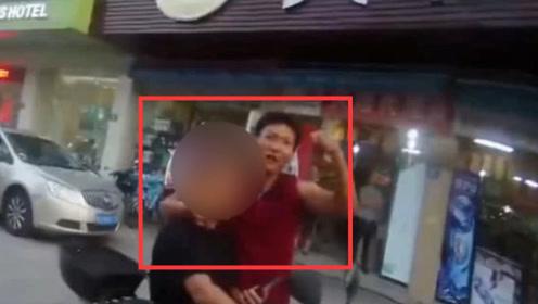 惊险!男子持刀当街劫持一个20年前矛盾的男子