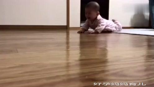 刚睡醒的小宝宝哭着爬出来找妈妈,气到用力拍地板,萌翻了!