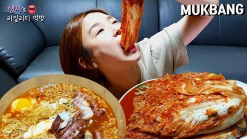 韩国吃播:章鱼拉面+韩式辣白菜,一口吸进去,确实厉害