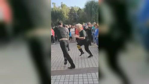 老奶奶在广场上大跳鬼步舞走红,与年轻人斗舞毫不示弱