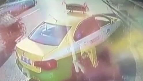 出租司机两次变道拦截公交车,造成车上一老人摔伤多处骨折!