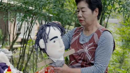 """70岁老奶奶""""复活""""亲人,编织500人形玩偶,放在村中同吃同睡!"""