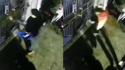 讽刺!四川一男子暴力踢踹单元门,儿子有样学样加入踢门行列
