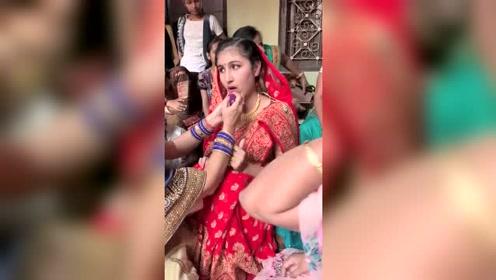 缅甸的的新娘都不愁嫁,出嫁那天脸拉的越长,据说结婚后待遇越好