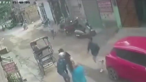 飞车贼抢劫金项链,打劫一把抓住男子,司机当场弃车逃离