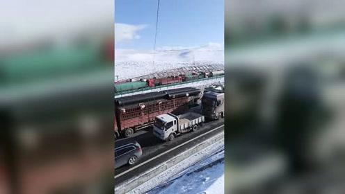 青藏高原严重堵车,已经一天一夜了,雪天路滑一定注意行车安全