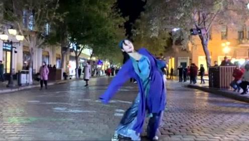 小姐姐在街头舞一曲,别样舞姿,有种独特的韵味!