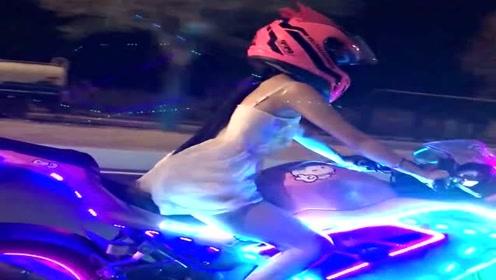 美女骑着摩托车深夜出门兜风,看着太拉风了,整条街她最亮眼!