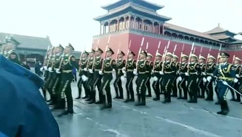 三军仪仗队准备去降国旗,小姐姐还恋恋不舍的盯着看,真帅