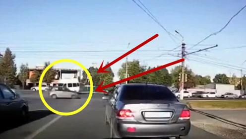 小轿车直冲电线杆而去,万分危急时刻,司机却油门当场了刹车