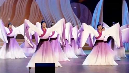 全校男老师穿汉服台上表演古风《芒种》,网友:震撼全场!