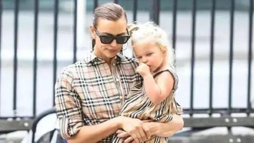 频频上热搜的超模伊莲娜和女儿穿母女装超萌!