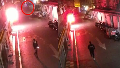 监拍:男子凌晨尾随醉酒女子 试图搭讪骚扰遭呵斥 趁女子意识模糊实施抢劫