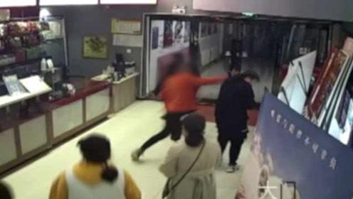 男子和少女看电影,遭对方父亲拖出影厅刺伤