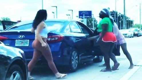 车位被抢,悍马车主当机立断放出大招!