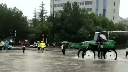 要不是最近发大水,估计这会在公路上都被逮了,这轮子可真大!