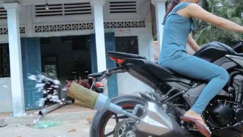 老外给摩托车排气管装俩竹筒,拧下油门那一刻,难道不怕被打吗?