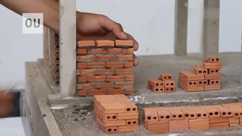 小伙在家修建迷你别墅,砖头只有拇指大小,一起来见识下
