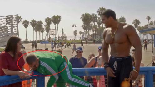 小胖哥PK强硕肌肉男,当小胖脱下衣服后,肌肉男的反应亮了
