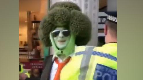 """现场!英国男子装扮成""""西兰花""""街头游行示威 警察上前一把逮住"""