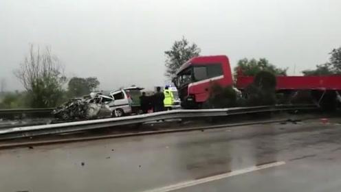 6死2伤!京昆高速山西稷山段发生惨烈车祸 有车辆撞成废铁