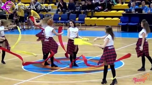 """欧洲啦啦队女孩有一身的功夫!""""带操""""表演让观众叫好"""