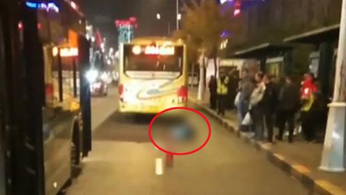 哈尔滨一女子公交站台内遇难 疑似追赶公交时被碾压