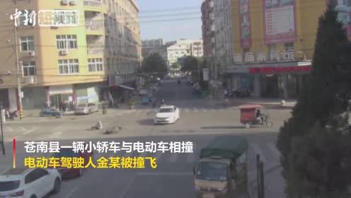 男子骑电动车被撞飞翻滚后直接站起来网友:武林高手啊!