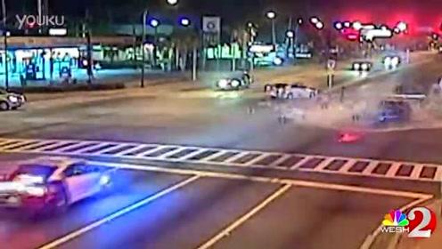 警车超高速闯红灯 瞬间撞散架