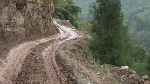 感受一下货车在悬崖边上走的感觉,在车内拍的视频