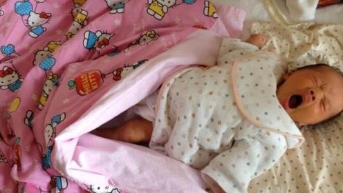 一觉醒来,再也没有比踢开被子更爽的了,小宝宝的表情好可爱