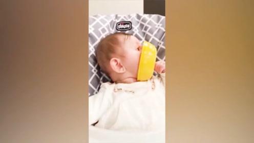 宝宝自己吃东西,但是盆里却什么都没有,这也太逗了吧!