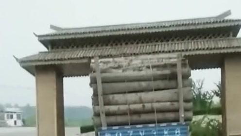 运输的货车司机,难道不知道自己的高度,把我们村的大门都破坏了!