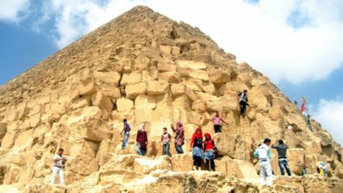 金字塔明令禁止攀爬,有人偏不听劝,爬上去就后悔了!