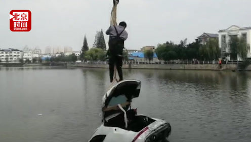 轿车不慎撞坏护栏冲入河中4人被困 幸遇钓鱼市民和过路行人联合施救