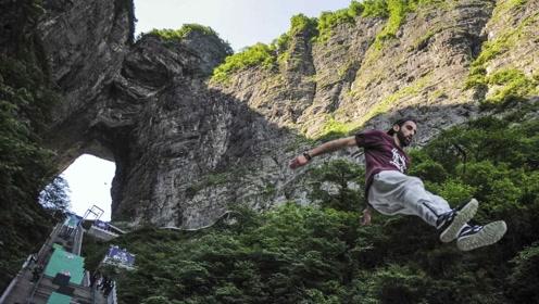 小伙挑战天门山999级天梯,第一时角体验速降,看着腿都发软