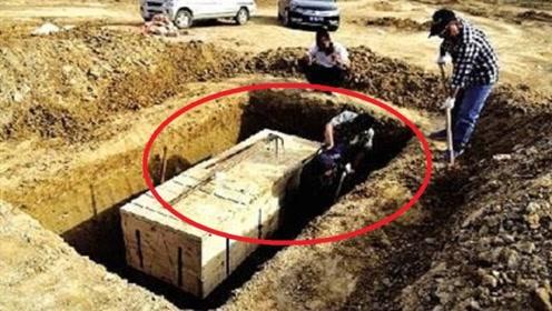 考古队挖出清朝女尸,皮肤白皙富有弹性,棺内留有浓厚香气
