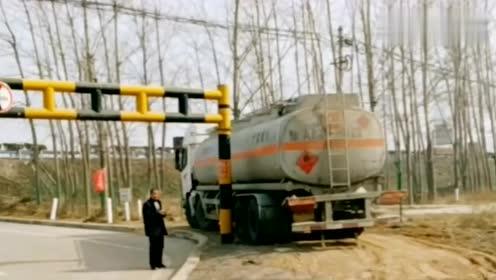 重型油罐车从限高杆旁边绕过,限高杆失去了它应有的价值