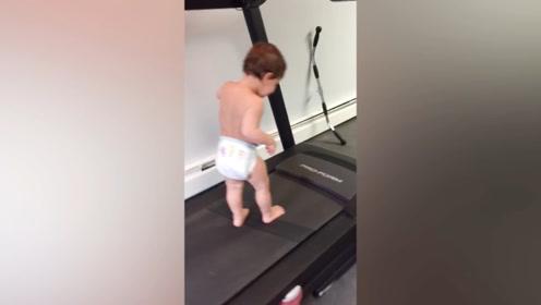 宝宝在跑步机上玩,居然还玩的这么开心,真是太逗了吧!