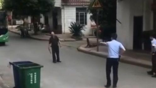 福建男子持刀与警方对峙 武警一招制敌