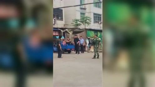 男子持刀与警方对峙 武警一个动作将其制服