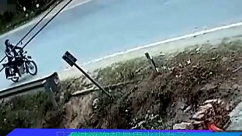摩托撞大货车,车上两少女当场身亡!监控拍下揪心一幕!