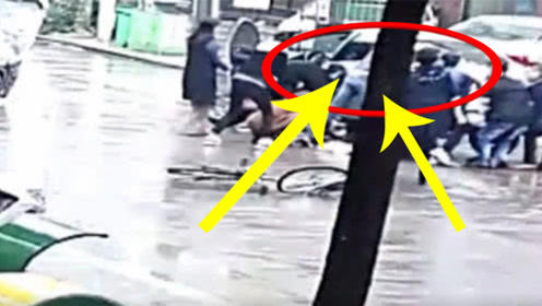 行人被轿车压在车底,众人抬车救人,网友:人多力量大!