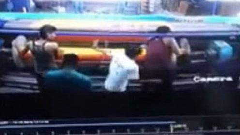 大难不死!印度一男子不慎卷进纺织机器中 同事及时发现将其解救